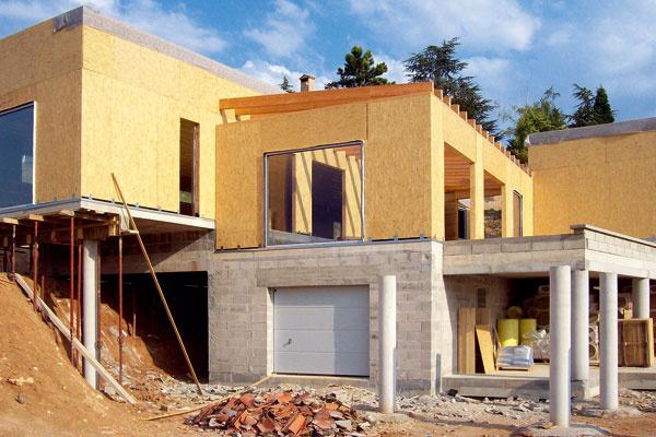40. deň stavby nízkoenergetickej vily scelkovou plochou 215m2 spriestrannou terasou aprístreškom pre auto.