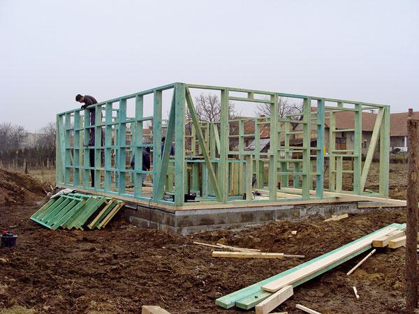 Konštrukcia vychádzajúca ztechnológie two by four. Ide osystém ľahkého dreveného skeletu svyužitím materiálu KVH alebo SM reziva srozmermi 150 × 50 mm.
