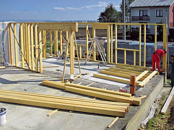 Po vytvorení základovej dosky sa zhotoví základná stĺpiková konštrukcia, na ktorú sa vtomto prípade použili prvky srozmermi 60 × 140 mm.