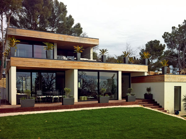 Panelová drevostavba atypickej vily Verzaux je postavená vo svahu. Takto vyzerá stavba na 60. deň.