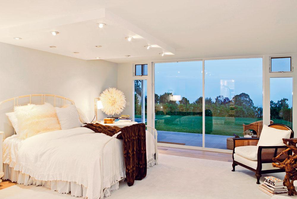 Na terasu a k bazénu sa dá vyjsť zo všetkých dôležitých priestorov v dome. Okná na celú výšku miestnosti a nádherný výhľad dodávajú príjemnú atmosféru aj spálni. Elton John a jeho manžel si ju zariadili v eklektickom štýle.