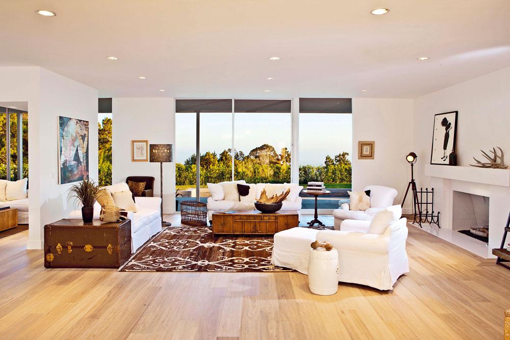 Nový dom Eltona Johna postavili v roku 1966 a v súčasnosti má hodnotu 7,695 milióna dolárov. Má plochu 465 m2, sú v ňom tri spálne, tri kúpeľne a izba pre personál s vlastnou kúpeľňou, v exteriéri nechýba bazén a rekreačný pavilón, v ktorom je fitnes a kúpeľňa.