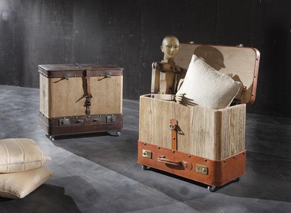 Klasické kufre majú šmrnc aperfektne dotvárajú exotickú atmosféru ďalekých krajín. Dajú sa využiť aj tak, ako sú, zo starých kufrov sa však vyrábajú aj originálne kreslá akomody (kreslo zkufrov predáva firma Ermar za 1 178 €, komody stoja od 1100 do 2350 € podľa typu arozmerov, www.ermar.sk).