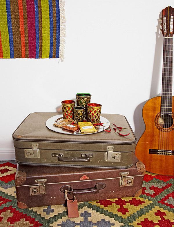 Staré kufre zpovaly či blšieho trhu môžete využiť napríklad ako nočný stolík. Farebné prestieranie nájdete  vobchodoch sorientálnymi doplnkami alebo na www.bongoshop.sk (cena asi 10 €).
