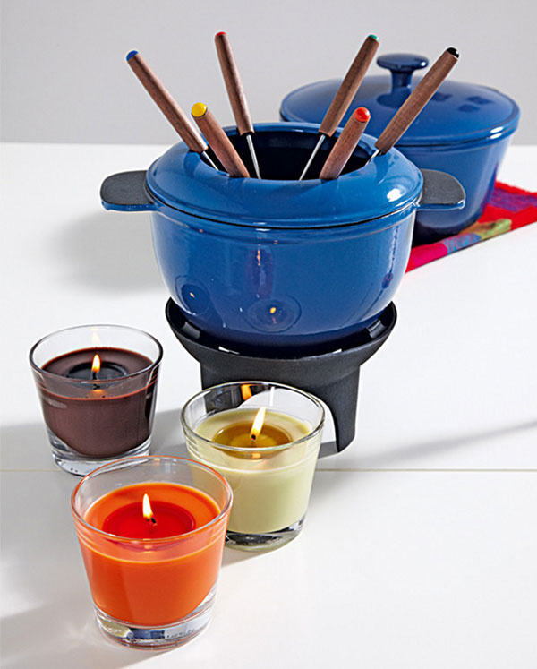 Hostia sa budú určite cítiť príjemne pri útulnom osvetlení a zábavnom jedle – súpravu na fondue Senior, cena 34,99 €, avoňavé sviečky Tindra v skle, cena 1,29 €/ks, predáva IKEA.