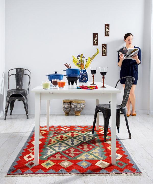 stôl Melltorp, 125 × 75 cm, 34 €, IKEA  vlnený, podľa perzských vzorov ručne tkaný koberec Persisk Kelim Gashgai, 180× 125 cm, 199€  klasické francúzske kovové kaviarenské stoličky, 240€/ks, Tolix alebo lacnejšie napodobneniny na  www.cultfurniture.com).