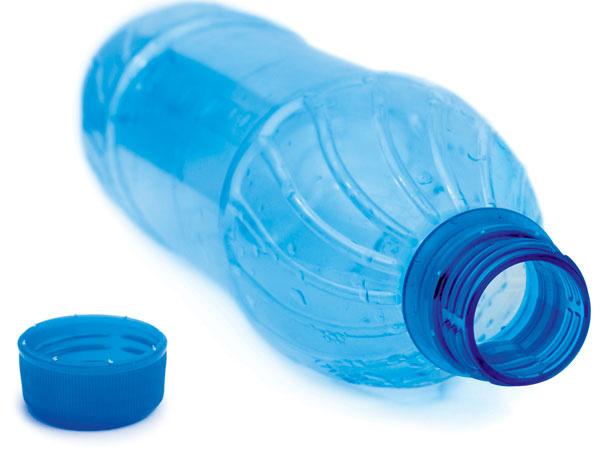 """""""Automatické"""" zavlažovanie si ľahko vyrobíte zPET fliaš – dno odrežte, do vrchnáka vyvŕtajte zopár otvorov, fľašu zapichnite do substrátu hrdlom dole analejte do nej vodu. Tá sa bude uvoľňovať postupne."""