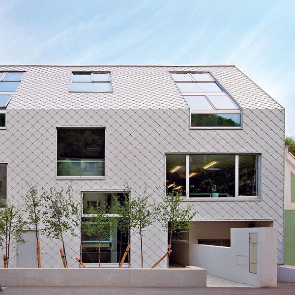 Hliníková krytina na strechu afasádu Prefa Moderná architektúra hľadá stále nové anové možnosti atváre aarchitekti čoraz častejšie využívajú tradičné materiály netradičným spôsobom. Obalenie domu do jednotného materiálu od hlavy až po päty je novým estetickým prvkom modernej architektúry, ktorý si získava svojich nadšencov. Hliníkovú maloformátovú krytinu vnovej farbe možno využiť aj týmto spôsobom.