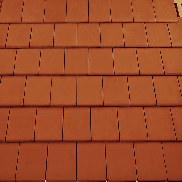 Turmalín – nová keramická škridla Bramac cz  Nová strešná krytina Turmalín je vhodná tak pre moderné stavby, ako aj rekonštrukcie a na strechy, ktoré vyžadujú plochú krytinu sjednoduchými líniami a bez žliabkov. Môže sa použiť na strechy do sklonu 30°. Vyrába sa v gaštanovej hnedej, medenej a čiernej santracitovou, ktoré sú prefarbené mangánom, aby mali krajšie rezné hrany. Hmotnosť 4,4kg/ks, rozmery 280 × 475 mm, spotreba 11,0 až 11,7 ks/m2, cena od 346,50 Kč (13,39eur) bez DPH za 1 m2.