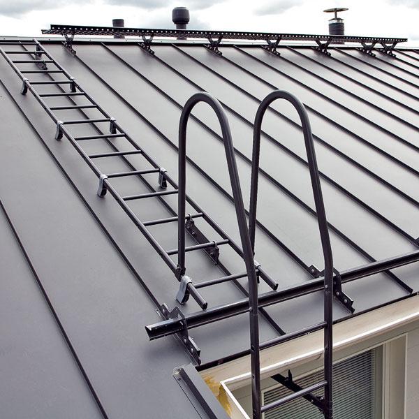 Rebríky, strešné lávky a snehové zábrany Ruukki Zaisťujú bezpečnosť pri vykonávaní údržby strechy a komína a chránia osoby v okolí domu.Vizuálna kontrola by sa mala robiť raz ročne ako súčasť generálnej kontroly strechy a dôkladnejšiu kontrolu treba vykonať každých 5 rokov. Na streche preto treba vytvoriť bezpečnostné prvky, aby sa po nej dalo bezpečne pohybovať vprípade údržby. Primerané snehové zábrany by vnašich zemepisných šírkach mali byť samozrejmosťou. Rebríky, strešné lávky a snehové zábrany od spoločnosti Ruukki sú vhodné pre všetky typy strešných krytín.