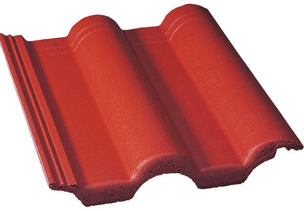 Nová škridla Euronit s lesklým povrchom Novinkou medzi betónovými strešnými krytinami je škridla Euronit Duratopmodel Extra snovým povrchom. Vďaka akrylovej farbe je povrch škridiel hladký, stálofarebný asminimálnou možnosťou zachytávania nečistôt. Škridla ostáva dlhšie čistá, pretože znej usadeniny zmýva dážď. Nová povrchová úprava zvyšuje tiež odolnosť škridly proti UV žiareniu, vďaka čomu si strecha zachováva intenzívne farby po dlhé roky. Škridla má lesklý povrch viditeľný na streche už zdiaľky. Model betónovej škridly Extra je vponuke vdvoch farbách – v ohnivočervenej amokka.