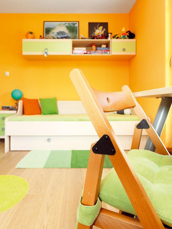 Detská izba pre syna vo sviežich farbách je veselo, ale účelne zariadená.