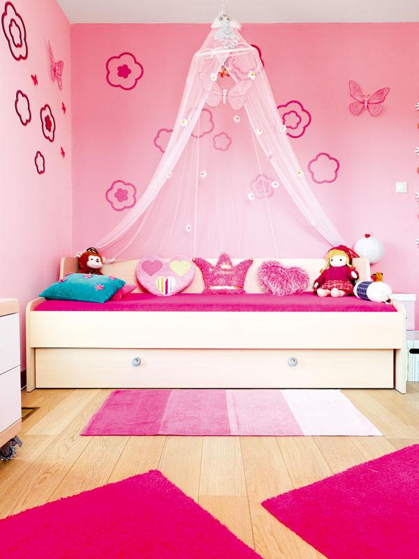 Druhá, symetricky umiestnená detská izba patrí evidentne malej princeznej.