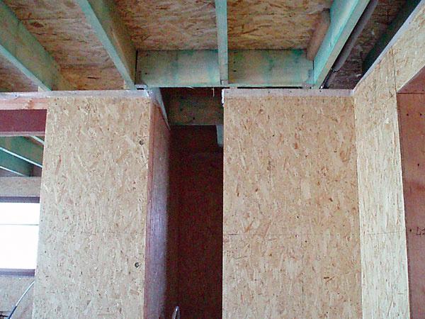 Hlavným stavebným materiálom je ihličnaté rezivo – obnoviteľný zdroj. Použilo sa na nosnú konštrukciu obvodových stien, priečok, stropu a krovu. Na nosnú konštrukciu boli osadené dosky OSB.