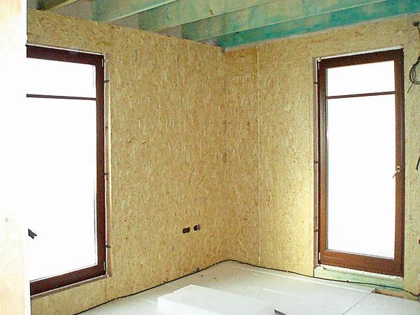 Okná zvolili drevené s izolačným trojsklom s hodnotami tepelného odporu podľa výpočtov, ktoré mali navrhnuté na nízkoenergetický štandard.