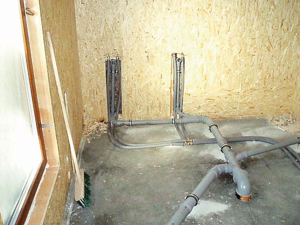 Jediný problém počas výstavby zapríčinil externý dodávateľ inštalácií, ktorého si zabezpečili majitelia domu. Že je WC systém určený na zabudovanie do murovaných priečok zistili, až keď bola kúpeľňa hotová a toaleta nebola v stene pevne ukotvená. Náprava znamenala zbúrať a vymeniť konštrukciu WC za samonosnú.