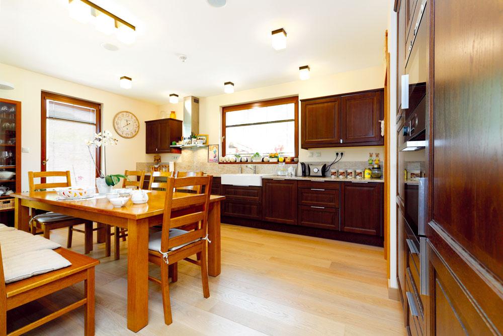 Dom zariaďovala majiteľka. Dôležitým miestom bola pre ňu priestranná a komfortná kuchyňa, kde sa môže pri veľkom stole stretnúť celá rodina.