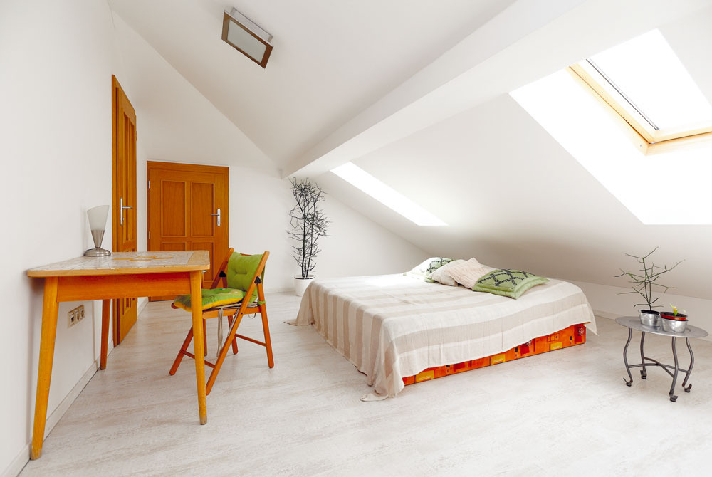 Väčší sklon strechy, ktorý z exteriéru nie je badateľný, pomohol vytvoriť v podkroví krásne priestory. (Hosťovská izba)