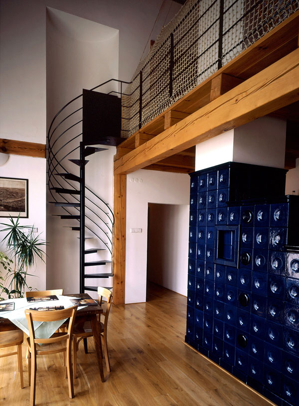 Na prízemí je krásna pec na drevo, ale okrem nej je dom vyhrievaný aj elektrokotlom
