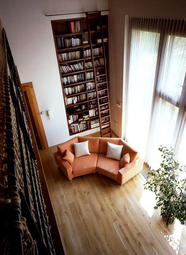 Vysoké stropy umožňujú nápadité riešenia, napríklad rozsiahlu knižnicu s rebríkom, ako zo starobylých knižníc