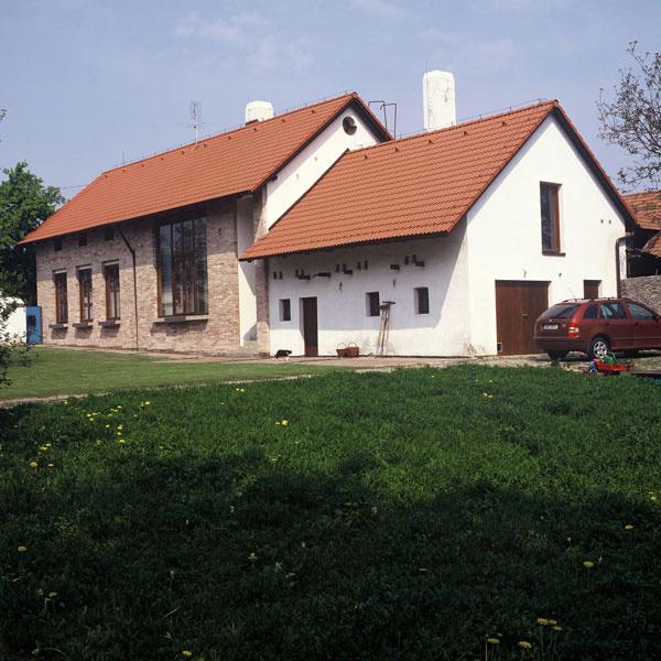Pôvodný chlievik je okrem iného využitý ako garáž, ktorej vchod je mimo hlavného priečelia