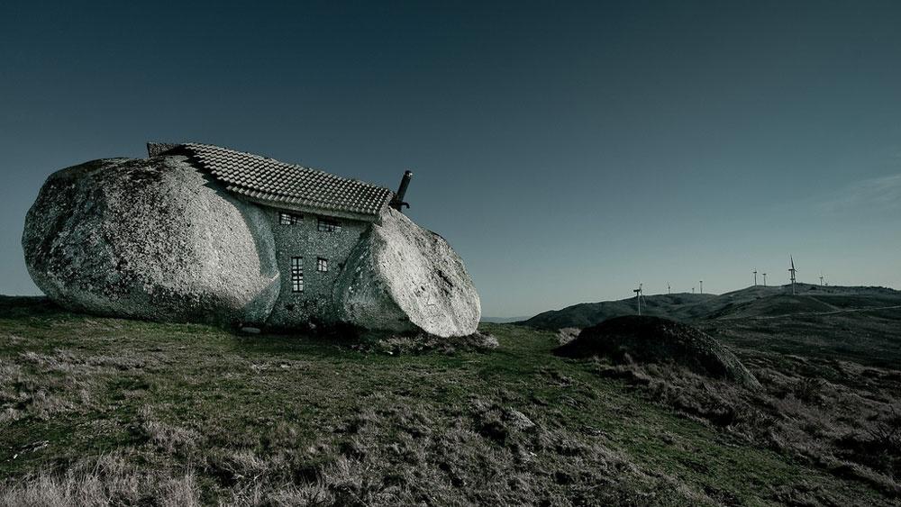 Túžil po pokoji, tak si postavil dom medzi dvomi obrími balvanmi