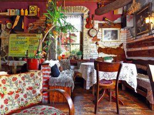 Dožitý starý dom v Mikuláši svojpomocne premenil na štýlovú vináreň