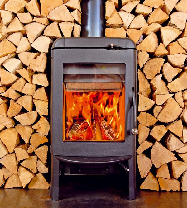 Vykurovanie tuhým palivom je najvýhodnejšie  Vykurovanie domu pomocou kotla na tuhé palivo naozaj patrí medzi najlacnejšie. Platí to najmä vprípade vykurovania palivovým drevom, ktoré je stále pomerne lacné. Ak však vezmete do úvahy aj komfort obsluhy avplyv na životné prostredie, kotol na tuhé palivá už taký výhodný nie je. Nie každému sa totiž chce pravidelne dopĺňať palivo aodstraňovať popol.