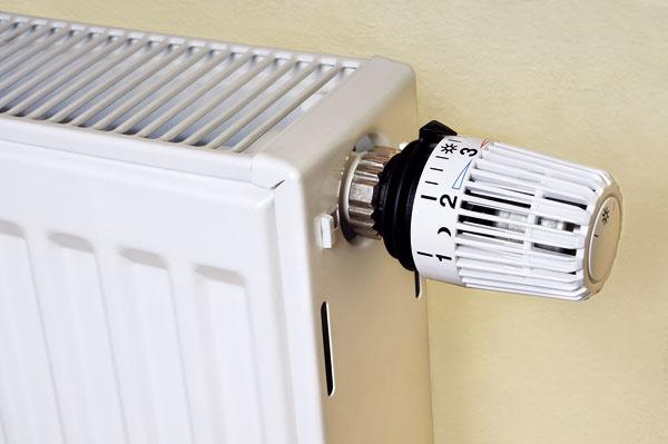 Tepelné čerpadlá sú vhodné len pre podlahové vykurovanie  Tepelné čerpadlá sa vminulosti naozaj používali najmä pri systémoch podlahového vykurovania. Dôvodom bola nízka výstupná teplota vykurovacej vody, ktorá pre bežné sústavy sradiátormi nestačila. Moderné vysokoteplotné tepelné čerpadlá však môžete ľahko napojiť na vykurovaciu sústavu sradiátormi, vďaka čomu odpadajú náročné úpravy existujúcej vykurovacej sústavy. Tepelným čerpadlom teda jednoducho nahradíte starý kotol.