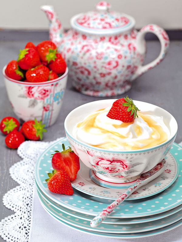 Miska Malou white od Green Gate, priemer 13 cm, 14,30 €; čajník Malou flower white, objem 1 l, 50,71 €; porcelánová lyžička Malou white, 5,85 €; nebový tanier Spot pale blue s bodkami, priemer 20 cm, 11,90 €, všetko www.belarose.sk
