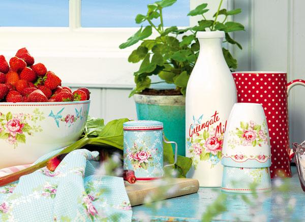 Vychutnajte si raňajky štýlovo. Porcelánová fľaša na mlieko Amy pale blue od Green Gate s kvetinovým vzorom, objem 1 l, 27,30 €; keramický hrnček bez uška Amy white, 10 €, oboje www.bellarose.sk