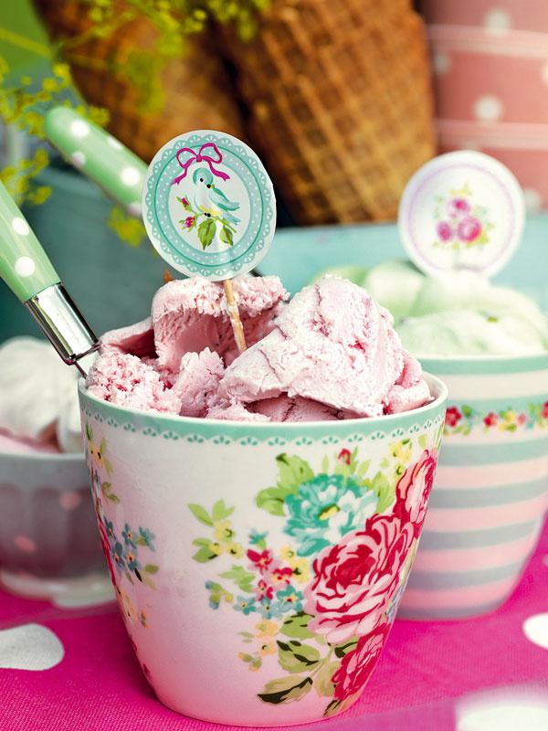 Tip na podávanie zmrzliny: pohár doplna naložený mrazivými kopčekmi ozdobte veselou vlastnoručne vyrobenou ozdobou… alebo aj nie a radšej sa rovno do nej pustite. Latte pohár, rôzne vzory, 12 €, www.apropos-shop.sk