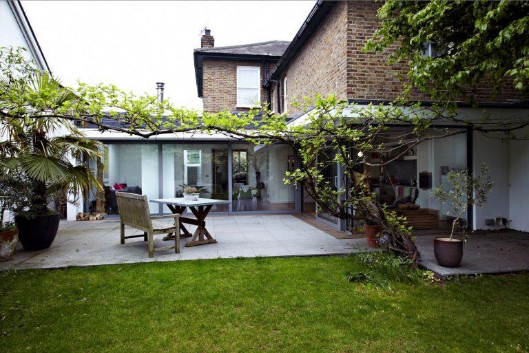 Moderný dom s presklenými stenami ponúka nádherný výhľad do záhrady