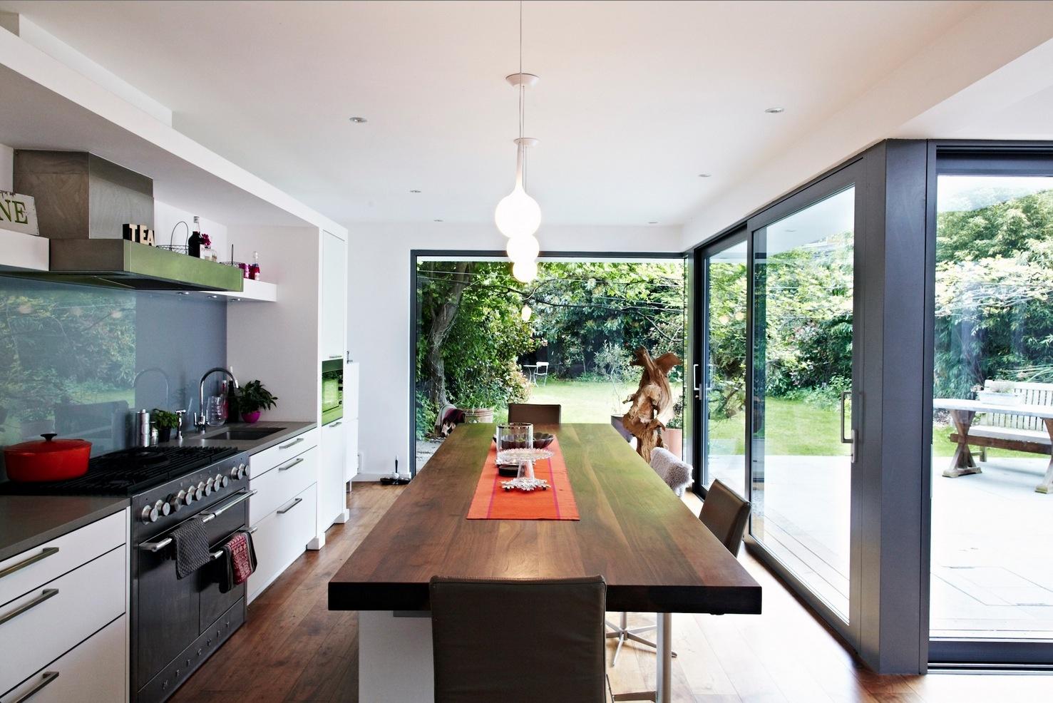 Nádherný moderný dom s presklenými stenami ponúkajúcimi nádherný výhľad do záhrady
