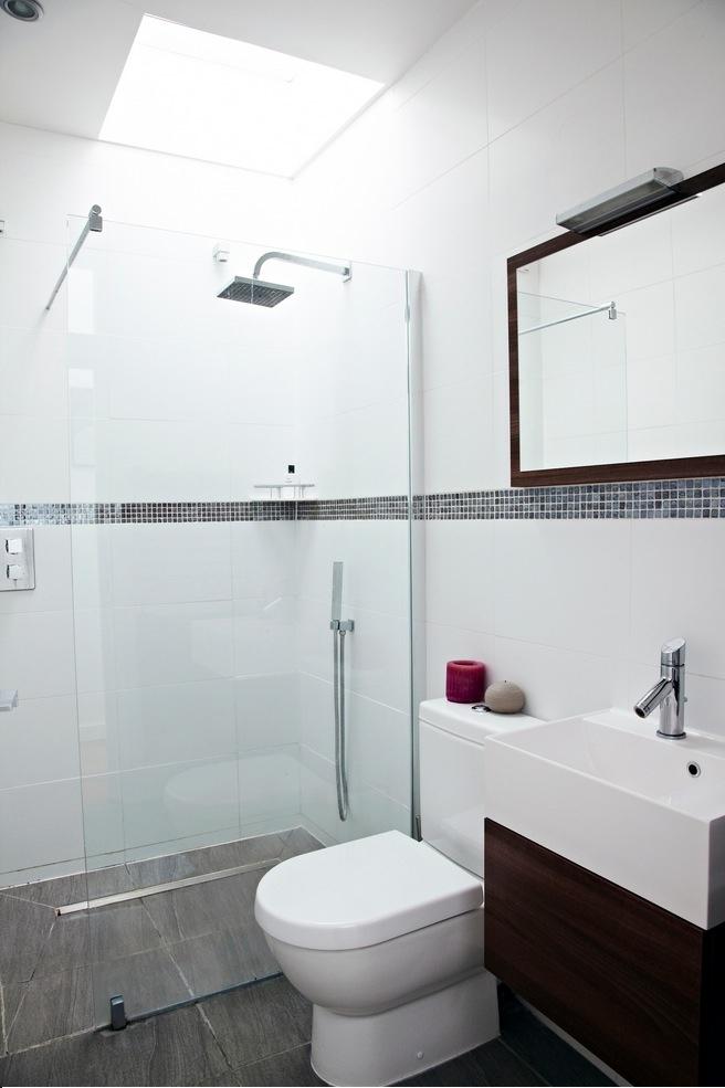 Kúpelňa v čistej bielej s tmavými prvkami.
