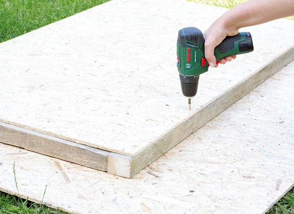 Odpíľte si dva hranoly dlhé 125,5 cm a 70,5 cm, položte na rovnú podložku a spojte ich skrutkami. Z  dosky OSB si odpíľte obdĺžnik s rozmermi 125 × 70 cm a priskrutkujte ho k drevenej základni. Z dosiek OSB si postupne napíľte všetky diely domčeka, dva bočné s rozmermi 125,5 × 90 cm (výška), k nim predné diely a strechu.