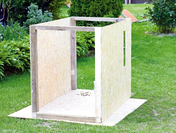 Na drevenú základňu priskrutkujte štyri hranoly vysoké 86 cm, v hornej časti ich prepojte latami a postupne na ne priskrutkujte dosky OSB.