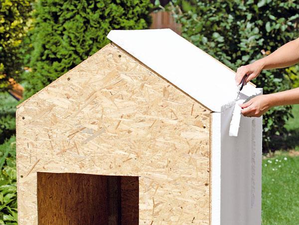 Domček zateplite polystyrénom, na lepenie použite lepidlo vhodné na polystyrén.