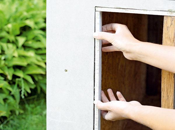 Z Cetrisu vypíľte pásy široké asi 5 cm na orámovanie okna a vchodu a prilepte ich.