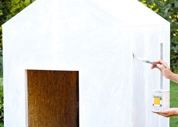 Domček napenetrujte farbou zriedenou s vodou v pomere 1 : 1.  Po zaschnutí ho môžete prebrúsiť brúsnym papierom.