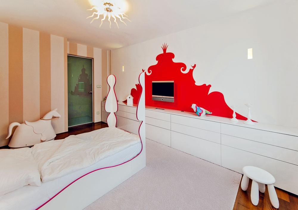 Na bielej stene oproti postieľke vytvára akcent obrysová grafika za televízorom. Dizajnér ňou navodil ilúziu hĺbky aabstraktného deja.