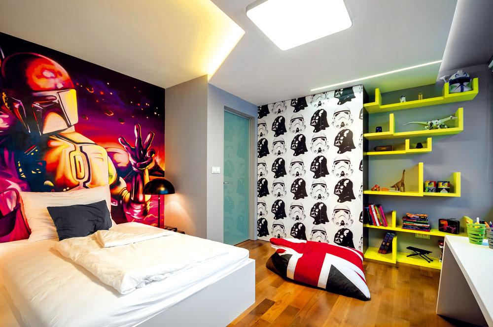 Šatník so vzorom čierno-bielych hláv hrdinov hviezdnej ságy perfektne ladí sgraffiti za čelom chlapcovej postele azároveň dodáva celému priestoru svieži popartový rozmer.
