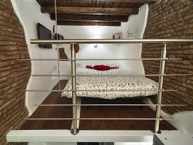 V dolnej časti nájdete kuchyňu, jedáleň a kúpeľňu, druhé poschodie zastrešuje obývačku, ktorá je zároveň aj spálňou.