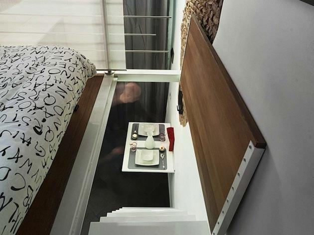 Nájdeme tu skladacie japonské postele, ktoré sa dajú poľahky poskladať na gauč.  Dvere sa otvárajú ako do podkrovia smerom hore.