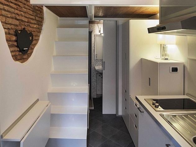 Úzke schodisko, napravo kúpelňa s toaletou, vpredu kuchyňa