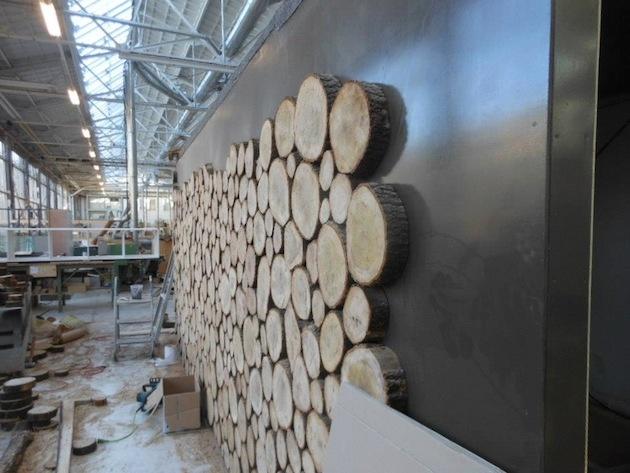 V skutočnosti chatka nemá drevenú konštrukciu, drevom je len obložená.