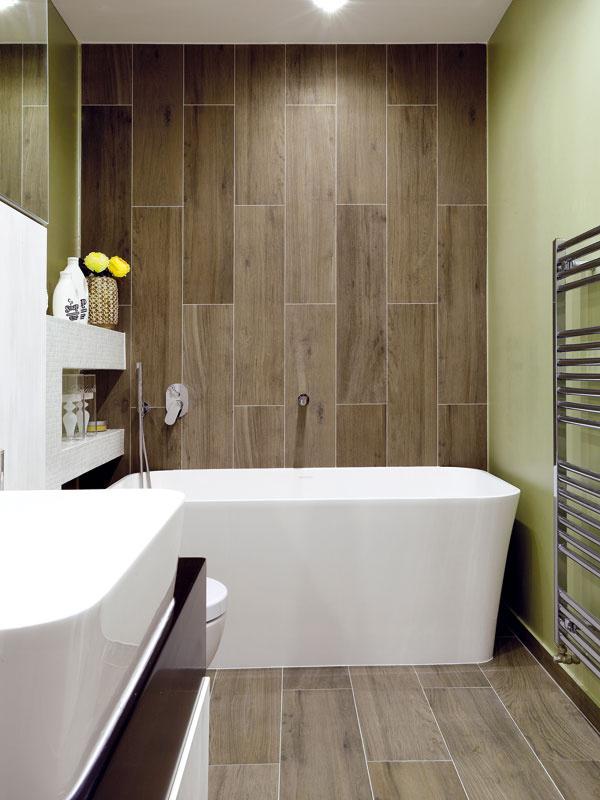 Prírodný charakter azemité tóny dodáva kúpeľni obklad, ktorý pripomína dubové dosky.