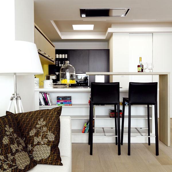 Nová drevená podlaha je vcelom byte vsurovom stave – bez povrchovej úpravy. Išlo vyslovene ožiadosť majiteľa, ato aj za cenu jej poškriabania alebo náročnejšej údržby.