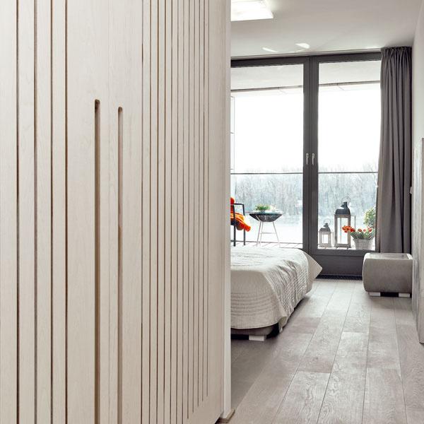 Dominantou spálne je výhľad, ktorý osviežujú efektné dekorácie na terase.