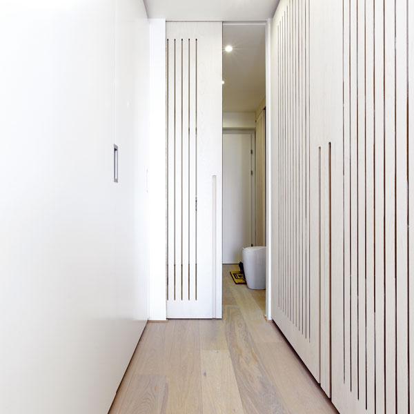 Cez vrúbkovanie na posuvných dverách prenikajú úzke lúče svetla až kvstupným dverám.